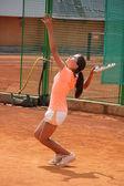 Chica guapa en la cancha de tenis — Foto de Stock