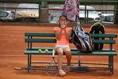 Schöne junge mädchen auf dem tennisplatz — Stockfoto
