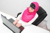 Schöne junge muslimische Business-Frau mit Laptop im Büro — Stockfoto