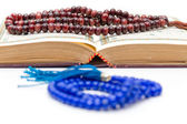 Rosary and Qoran — Stock Photo
