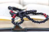 Rosary and Qoran — Stockfoto