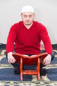 Young muslim man showing Islamic prayer — Fotografia Stock