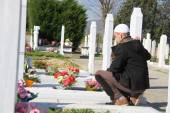 Young muslim man near the his father grave — Stock fotografie