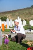 Young muslim man near the his father grave — Stock Photo