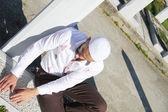 Joven musulmana cerca de su tumba padre — Foto de Stock