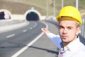 Молодой инженер вблизи туннеля — Стоковое фото