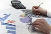 Young businesswoman calculating financial documents — Stock Photo