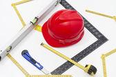 Hełm i narzędzia dla rysunków budowlanych i budynków — Zdjęcie stockowe