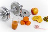 フィットネス機器や健康食品、アップル、ネクタリン、キウイ、lem — ストック写真