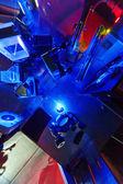 Láser azul en un laboratorio de óptica cuántica. — Foto de Stock