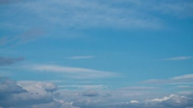 Time lapse of blue sky with creation of big white cloud — Stock Video