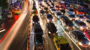 Central Bangkok at Ratchaprasong Road.Traffic in rush hour at night,Thailand — Vidéo