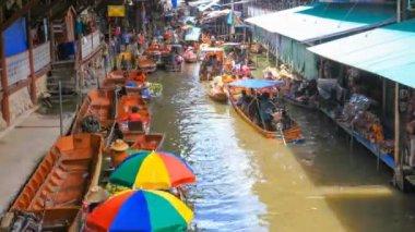 Floating boat market popular tourist attraction in Damnoen Saduak, Thailand — Vidéo