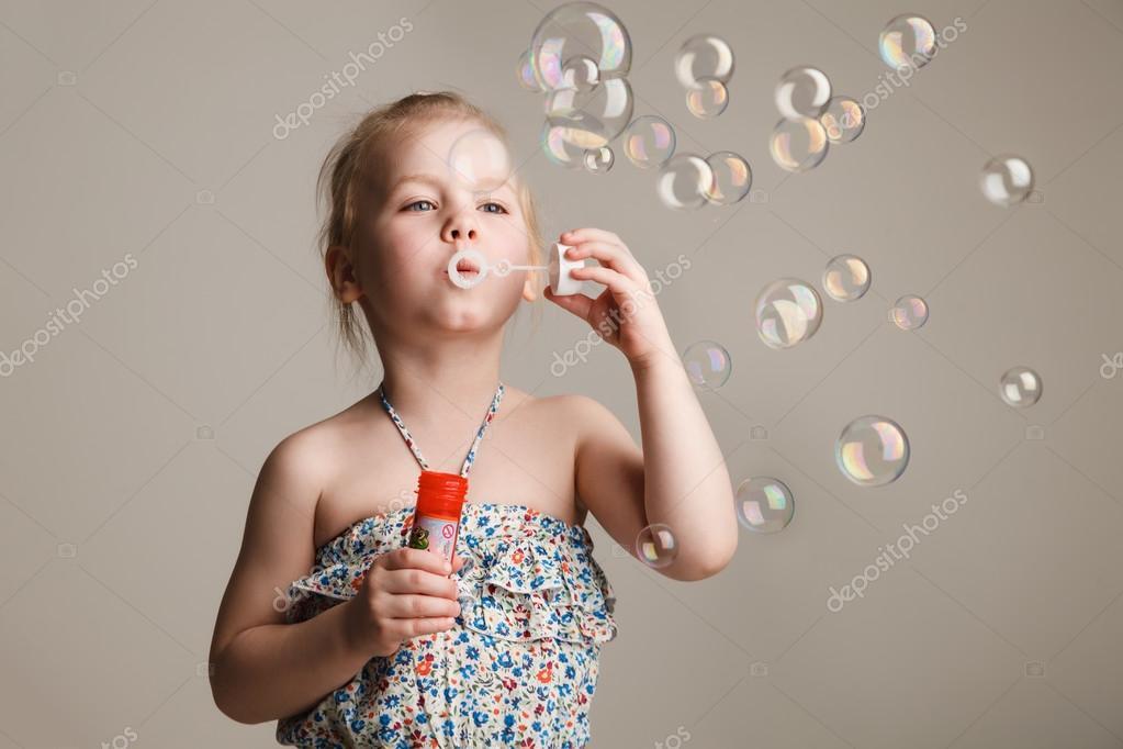小可爱女孩吹肥皂泡泡