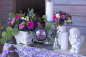 Flower arrangement in a basket decorate the wedding table in pur — Foto de Stock
