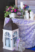 Flower arrangement in a basket decorate the wedding table in pur — Стоковое фото