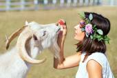 Funny picture a beautiful young girl farmer with a wreath on her — ストック写真
