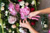Florist at work. Woman making spring floral decorations the wedd — Stock Photo