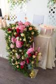 Floral arrangement to decorate the wedding feast, the bride and  — Stock Photo