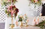Floral arrangement to decorate the wedding feast, the bride and  — Stockfoto