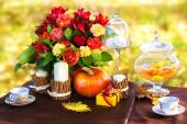 Decorated table for a romantic dinner in autumn Park. — Stock Photo