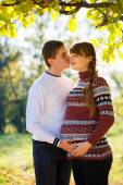 Beautiful Young Pregnant Couple Having Picnic in autumn Park. Ha — Stock Photo