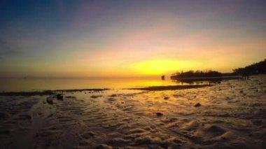 Beautiful sunrise over the tropical sea. Timelaps — Stock Video