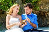 счастливые жених и невеста, развлекаясь на тропическом пляже — Стоковое фото