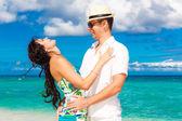 молодая любящая пара, весело проводящая время на тропическом пляже — Стоковое фото