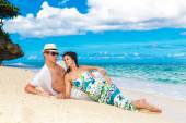 Young loving couple having fun in the tropical beach — Stock Photo