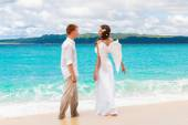 The groom and a beautiful young bride with angel wings on the se — Stock Photo