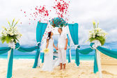 Wedding ceremony on a tropical beach in blue. Happy groom and br — Stock Photo