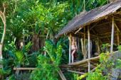 молодая красивая девочка в бамбуковой хижине в тропических джунглях. — Стоковое фото