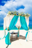 Wedding on the beach . Wedding arch decorated with flowers on tr — Stock Photo