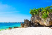 Beautiful landscape of tropical beach, rocks with vegetation, se — Stock Photo