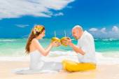 Lyckliga bruden och brudgummen Drick kokosvatten och ha roligt på en tr — Stockfoto