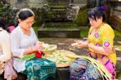 Bali, Indonesia, May 3, 2015. Balinese women make decorations of — Stock Photo