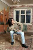 печаль человек сидеть на стуле — Стоковое фото