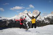 Прыжок двух лыжников — Стоковое фото