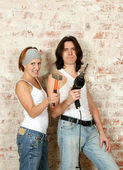 молодой мужчина и женщина с инструментами — Стоковое фото