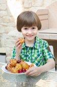 Happy boy with cakes — Stockfoto