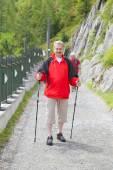 Homme d'âge mûr se promène avec poteaux — Photo