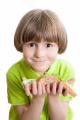 Glückliche junge hält einen sandwich — Stockfoto