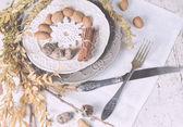 обслуживание стола рождественского украшения с миндалем, столовыми приборами и oth — Стоковое фото