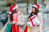 Girls at shopping for christmas, in the city — Stockfoto