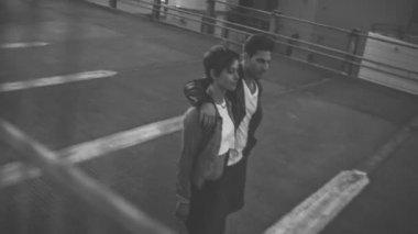 Par promenader på taket — Stockvideo