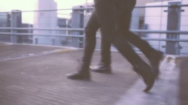 夫妻在一起散步在屋顶上 — 图库视频影像