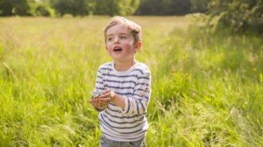 Little boy throwing confetti — Stock Video