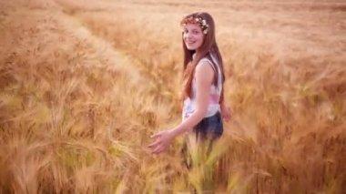 Genç kız gününü buğday alanları — Stok video