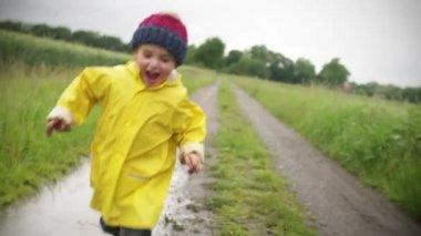Chico corriendo afuera — Vídeo de Stock